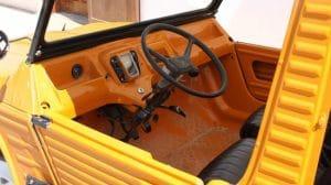 Intérieur d'une voiture ancienne Citroën mehari