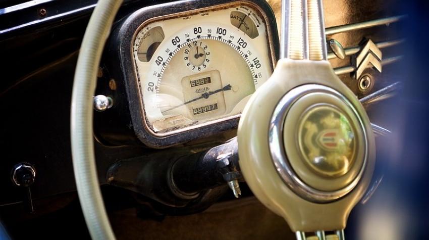 cadran de vitesse d'une vieille voiture Citroën Traction