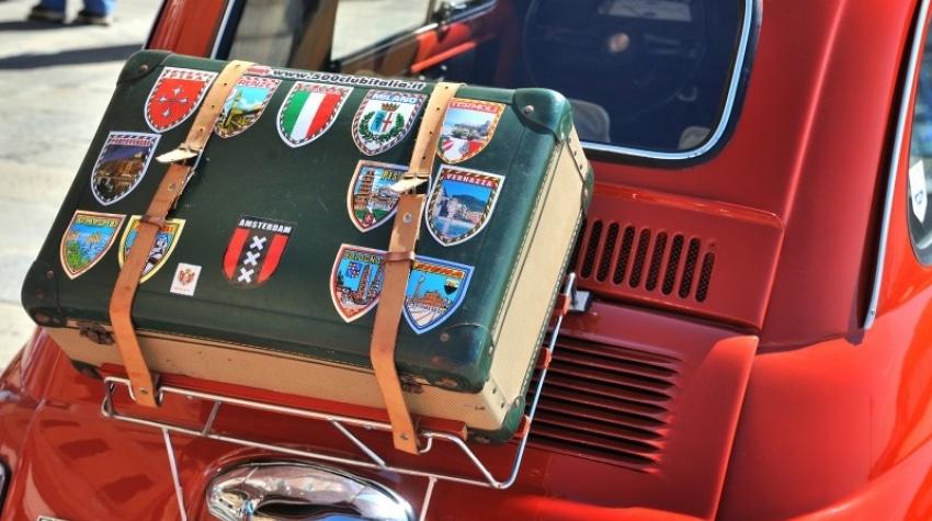 Coffre vieille voiture de collection Fiat Rouge avec valise attachée au coffre