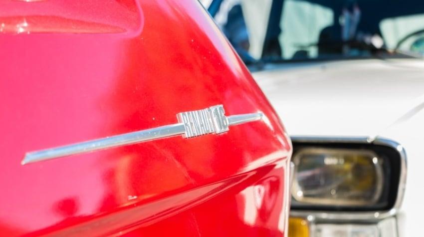 logo renault 16 sur véhicule de collection rouge